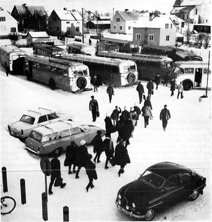 Bild 3: Busstransport i Överkalix för elever från byarna Jockfall och Lansjärv. Bilden inskannad från Kommunal skoltidning 1964:2, s. 91.